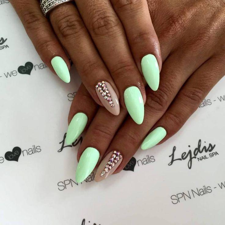 Seledynowe paznokcie