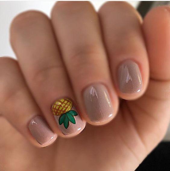 Wzór w ananasy na paznokciach