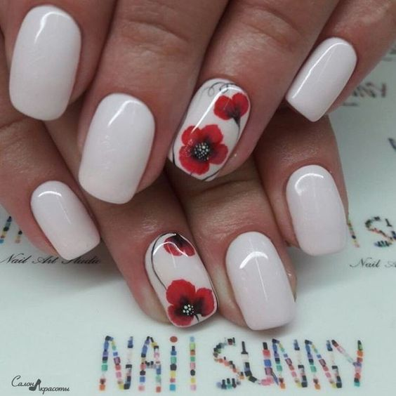 Kwiat maku na paznokciach