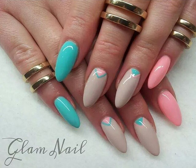 Niebieski z różowym na paznokciach