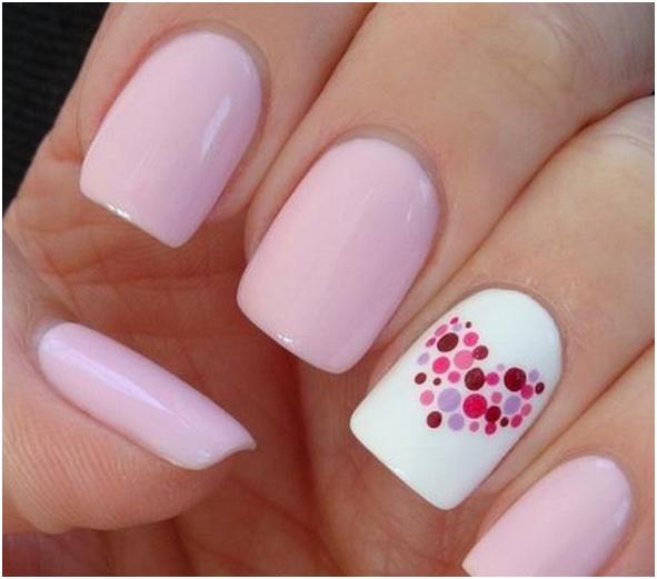 Różowe serduszka na paznokciach