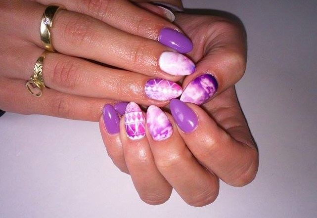 Fioletowe paznokcie z wodnymi naklejkami