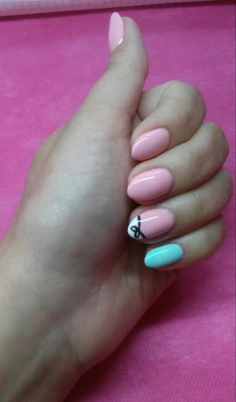 Różowe paznokcie z dodatkiem kokardki