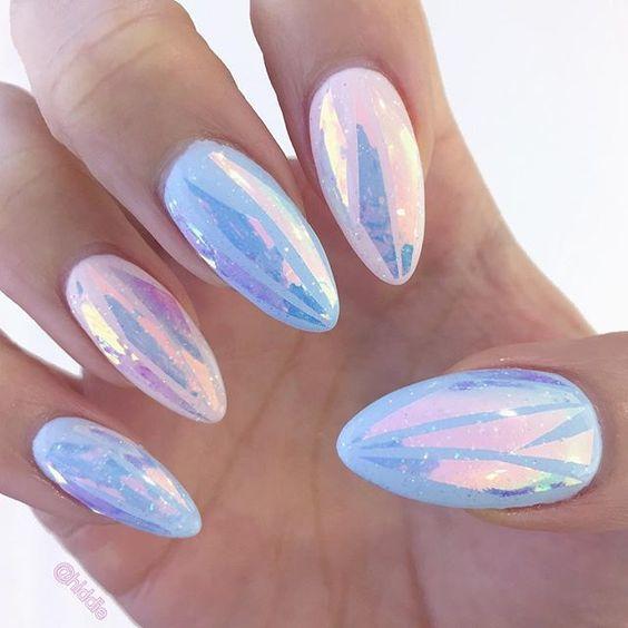 Niebieskie błyszczące paznokcie