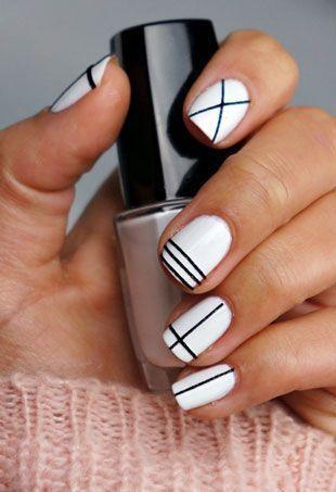 Białe paznokcie z czarnymi wzorkami