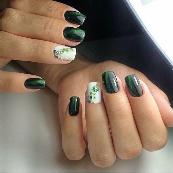 Zielone paznokcie z kwiatkami