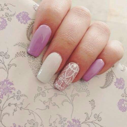 Lawendowe paznokcie z wzorem koronkowym