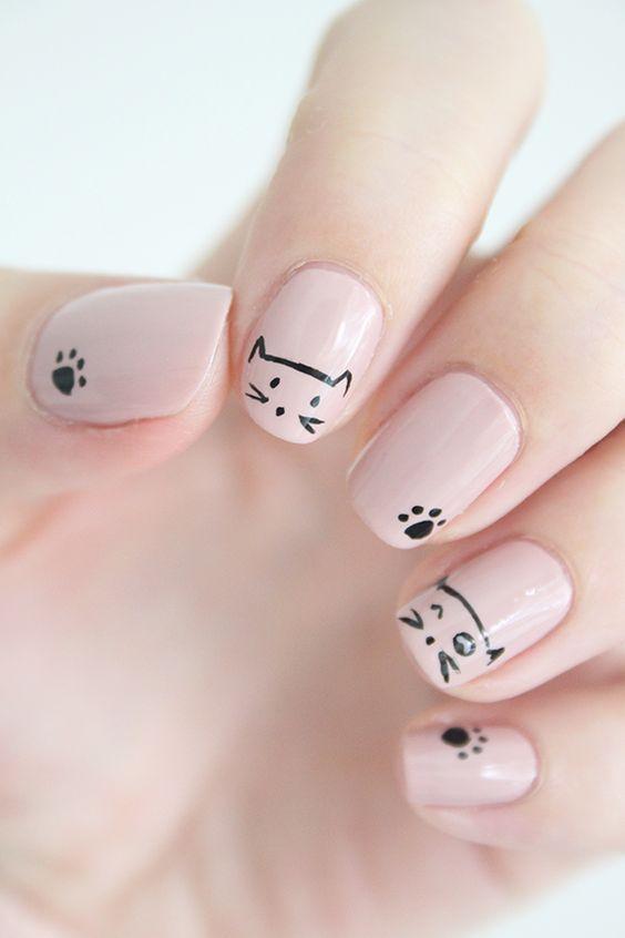 Kot na paznokciach