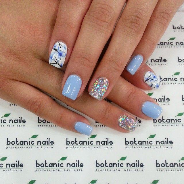 Błękitne kwiaty na paznokciach