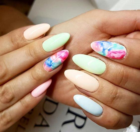 Akwarelowy wzór na paznokcie