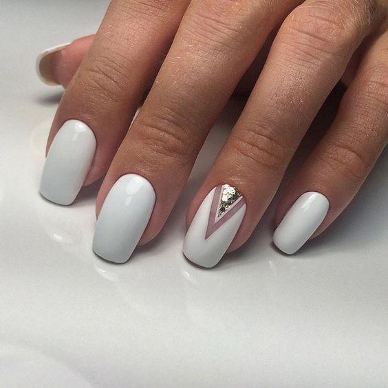 Delikatna biel na paznokciach