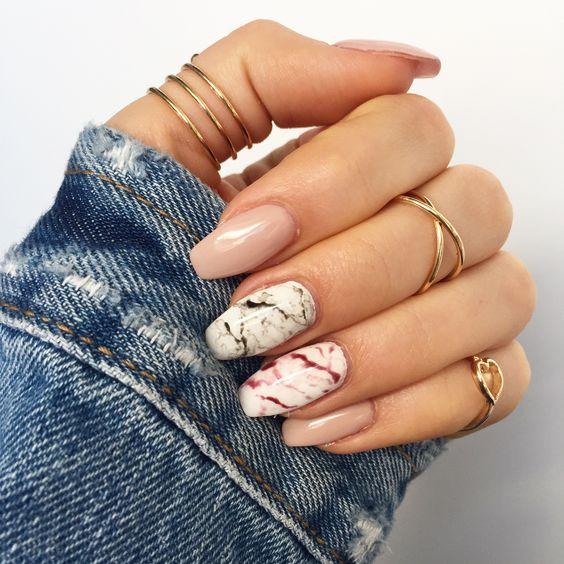 Dwukolorowe marmurkowe paznokcie