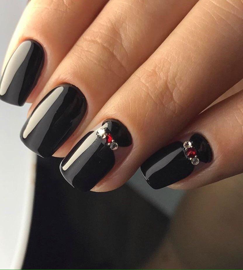 Czarne paznokcie z kamyczkami