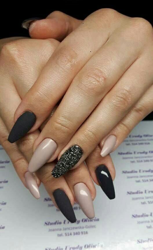 Beżowo-czarne paznokcie