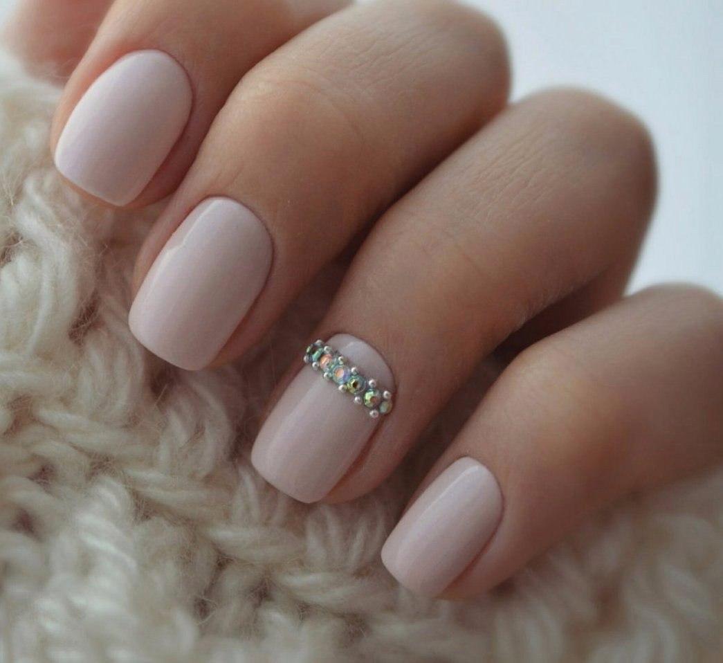 Klasyczne paznokcie z błyskiem
