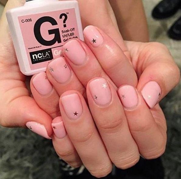 Różowe paznokcie z gwiazdkami
