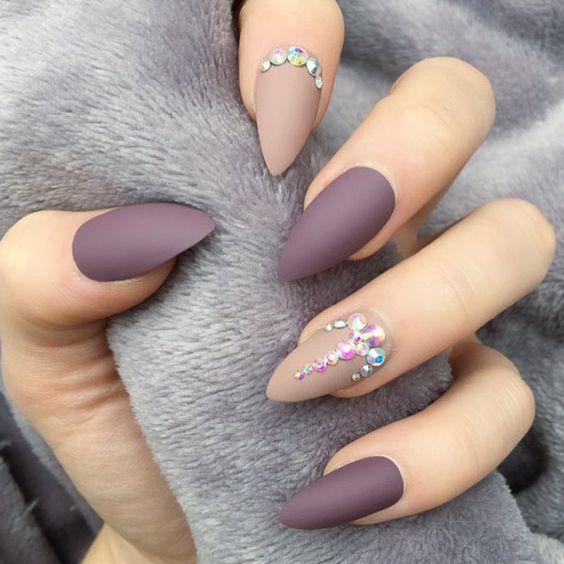 Matowe czekoladowe paznokcie z kryształkami