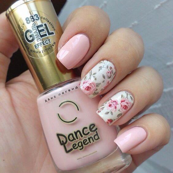 Różowe kwiaty na paznokciach