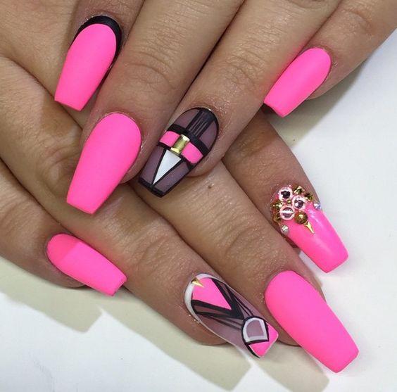 Różowe neonowe paznokcie ze zdobieniem