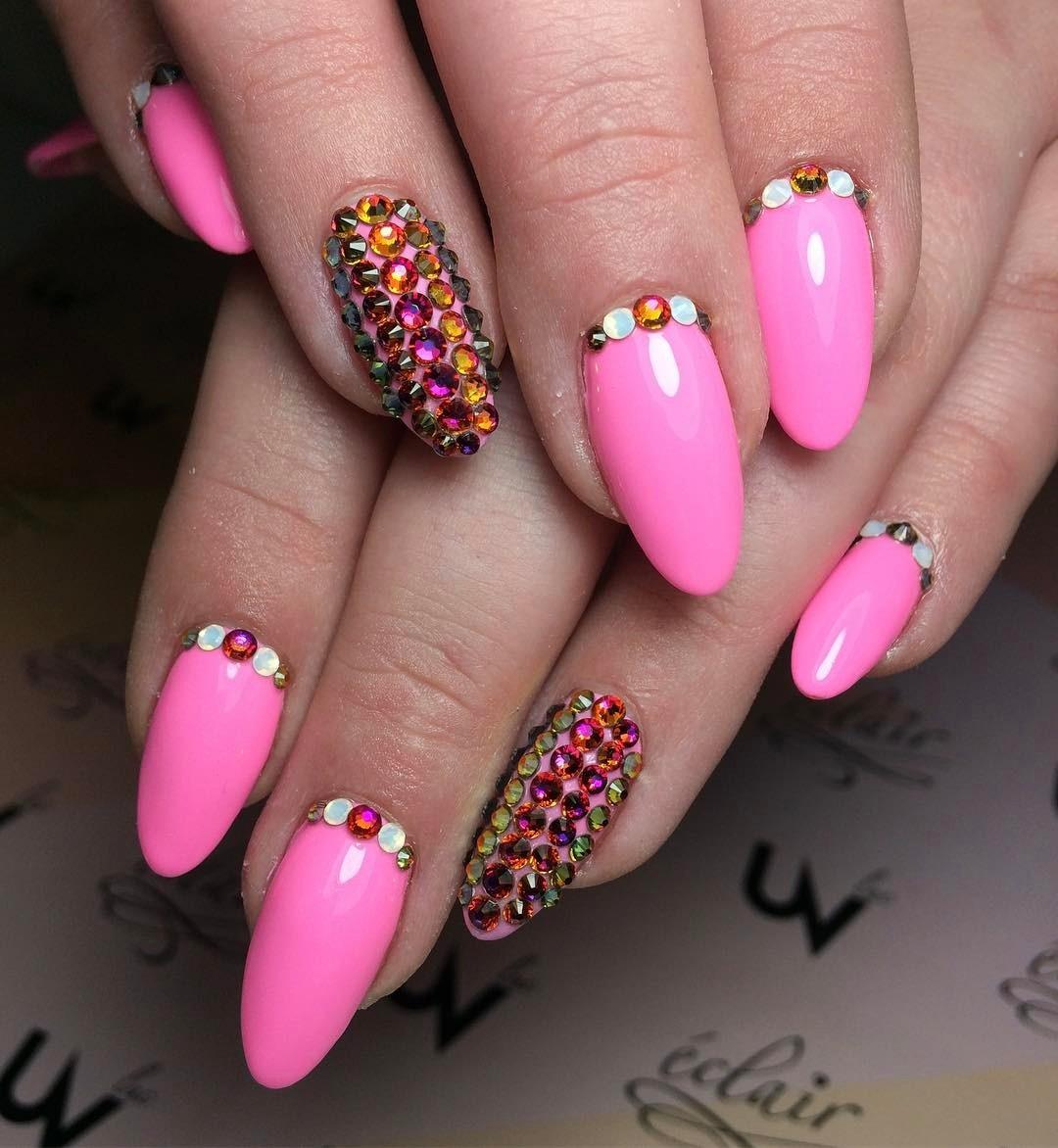 Różowe paznokcie z kamyczkami